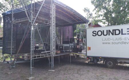 Scenbygge under Stone hamlet festival